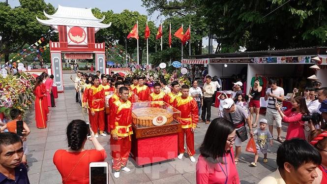 Rộn ràng lễ rước cặp bánh Trung thu truyền thống lớn nhất Việt Nam tại Hà Nội - ảnh 10
