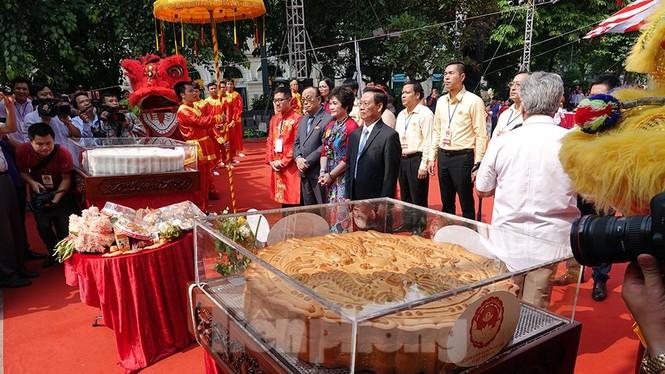 Rộn ràng lễ rước cặp bánh Trung thu truyền thống lớn nhất Việt Nam tại Hà Nội - ảnh 12