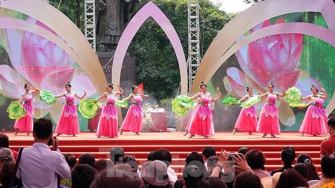 Rộn ràng lễ rước cặp bánh Trung thu truyền thống lớn nhất Việt Nam tại Hà Nội - ảnh 13