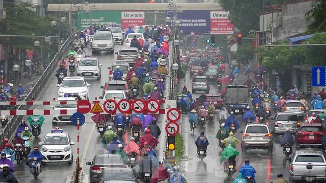 Mưa lớn, nhiều tuyến đường Hà Nội ùn ứ - ảnh 1