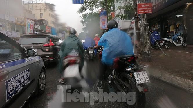 Mưa lớn, nhiều tuyến đường Hà Nội ùn ứ - ảnh 8