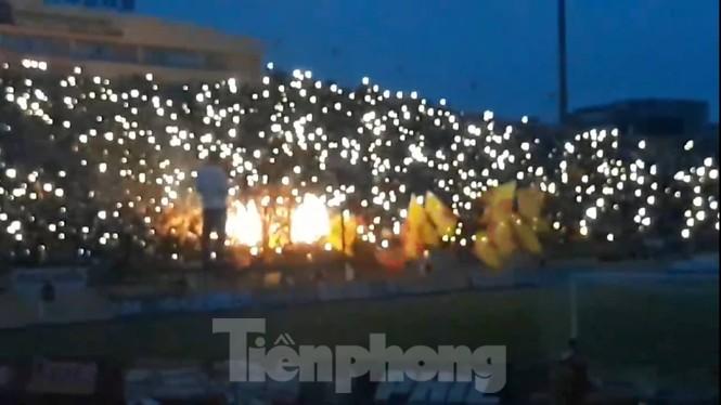 Mất điện giữa trận đấu, 3 vạn CĐV mở hội hoa đăng trên sân Thiên Trường - ảnh 7