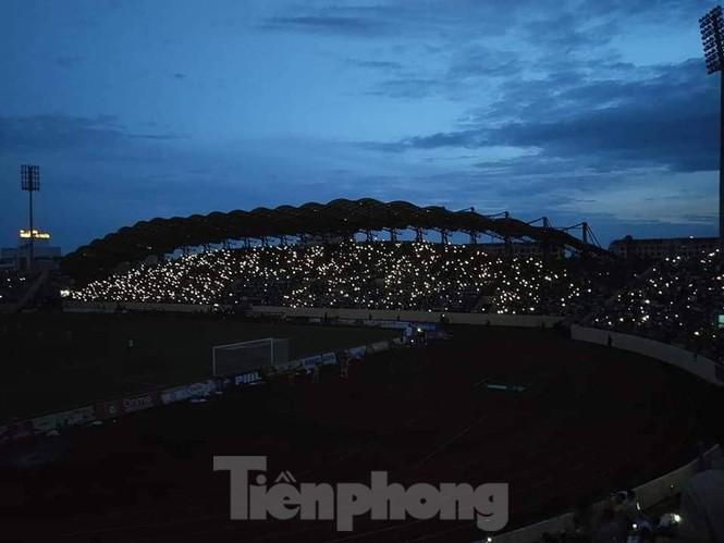 Mất điện giữa trận đấu, 3 vạn CĐV mở hội hoa đăng trên sân Thiên Trường - ảnh 11