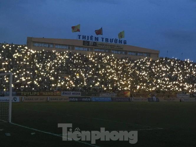 Mất điện giữa trận đấu, 3 vạn CĐV mở hội hoa đăng trên sân Thiên Trường - ảnh 12