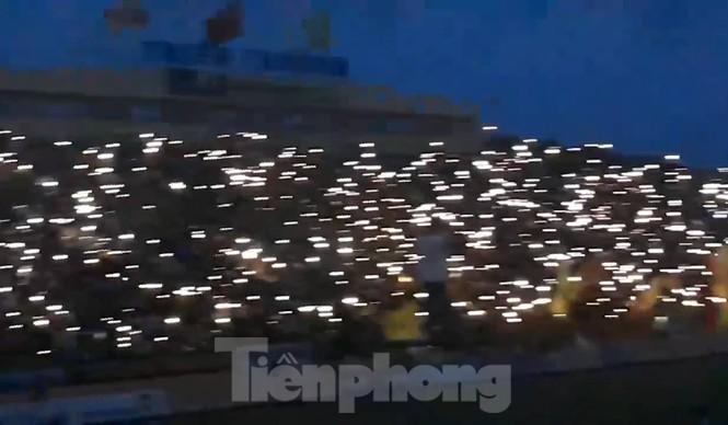Mất điện giữa trận đấu, 3 vạn CĐV mở hội hoa đăng trên sân Thiên Trường - ảnh 14