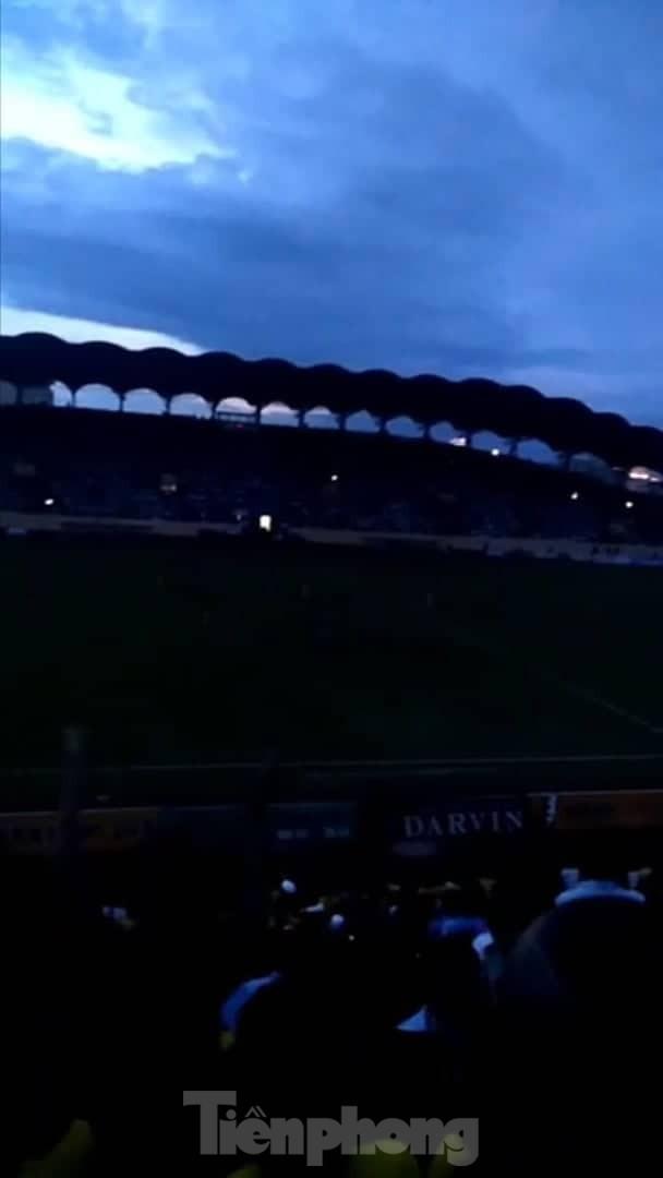 Mất điện giữa trận đấu, 3 vạn CĐV mở hội hoa đăng trên sân Thiên Trường - ảnh 5
