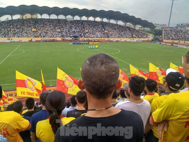 Mất điện giữa trận đấu, 3 vạn CĐV mở hội hoa đăng trên sân Thiên Trường - ảnh 2