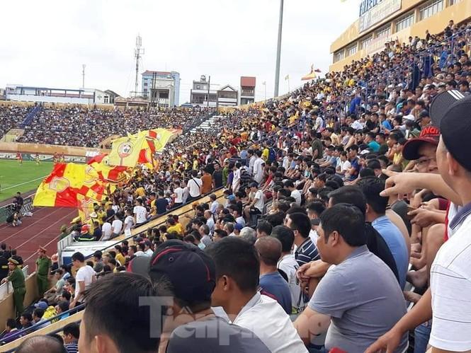 Mất điện giữa trận đấu, 3 vạn CĐV mở hội hoa đăng trên sân Thiên Trường - ảnh 3
