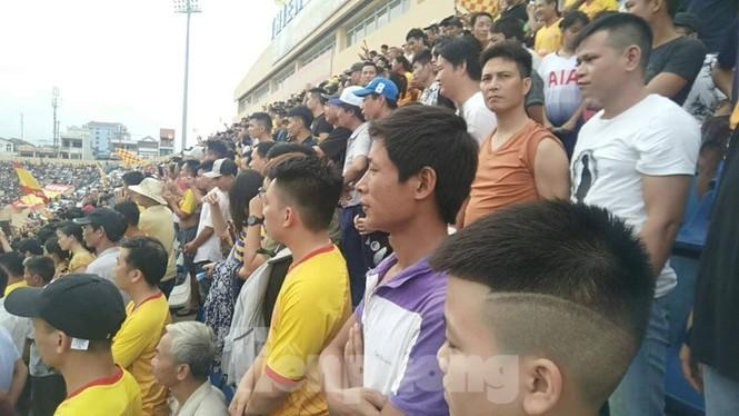 Mất điện giữa trận đấu, 3 vạn CĐV mở hội hoa đăng trên sân Thiên Trường - ảnh 4