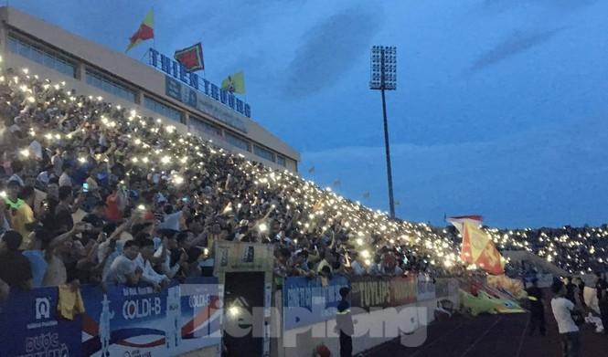 Mất điện giữa trận đấu, 3 vạn CĐV mở hội hoa đăng trên sân Thiên Trường - ảnh 9