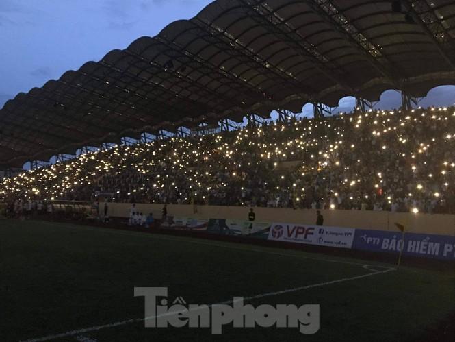 Mất điện giữa trận đấu, 3 vạn CĐV mở hội hoa đăng trên sân Thiên Trường - ảnh 13