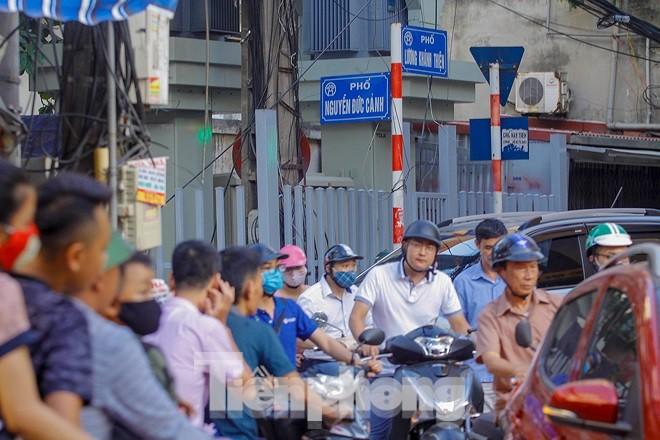 Dân Thủ đô 'kêu trời' vì loạt cao ốc đu bám hai bên tuyến phố chỉ rộng gần 10m - ảnh 9