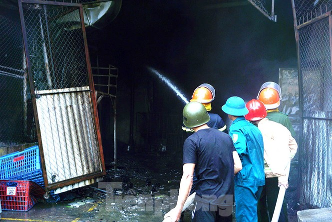 Tan hoang khu xưởng 1000m2 bị cháy cạnh Aeon Long Biên - ảnh 9