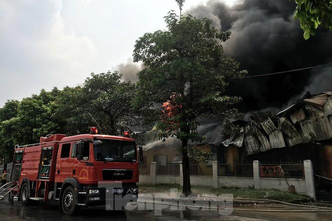 Tan hoang khu xưởng 1000m2 bị cháy cạnh Aeon Long Biên - ảnh 3