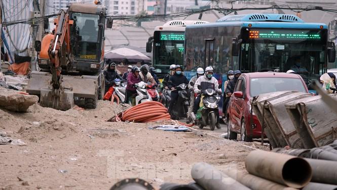 Người dân đi giữa 'ma trận' đại công trình làm đường - ảnh 9