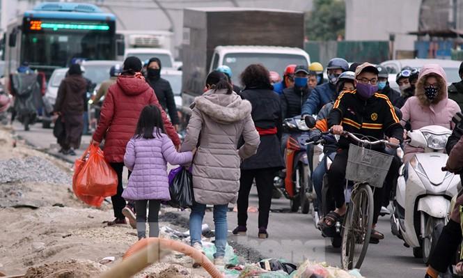 Người dân đi giữa 'ma trận' đại công trình làm đường - ảnh 12