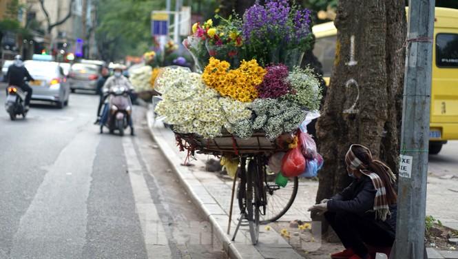 Cúc vàng Nhật Tân 7.000 đồng một bông hối hả xuống phố ngày mồng Một cuối năm - ảnh 13