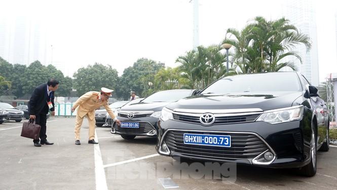 Cục CSGT kiểm định, gắn biển tạm thời cho hơn 100 xe phục vụ Đại hội XIII - ảnh 13