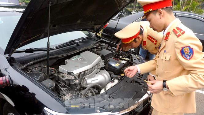 Cục CSGT kiểm định, gắn biển tạm thời cho hơn 100 xe phục vụ Đại hội XIII - ảnh 5