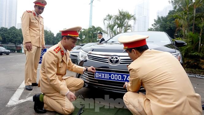 Cục CSGT kiểm định, gắn biển tạm thời cho hơn 100 xe phục vụ Đại hội XIII - ảnh 10