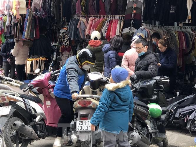 Quần áo ấm giá rẻ tràn vỉa hè, hút người mua ngày giá rét - ảnh 4