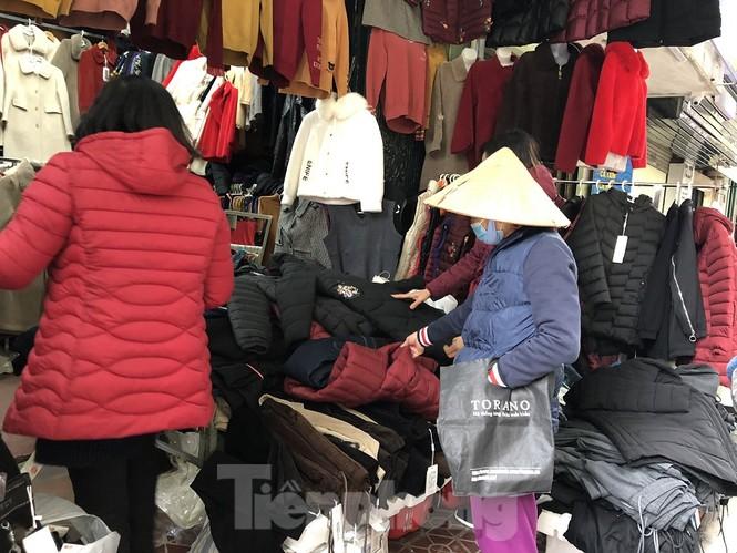 Quần áo ấm giá rẻ tràn vỉa hè, hút người mua ngày giá rét - ảnh 1