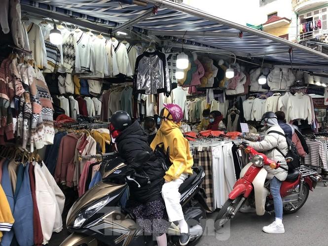 Quần áo ấm giá rẻ tràn vỉa hè, hút người mua ngày giá rét - ảnh 3