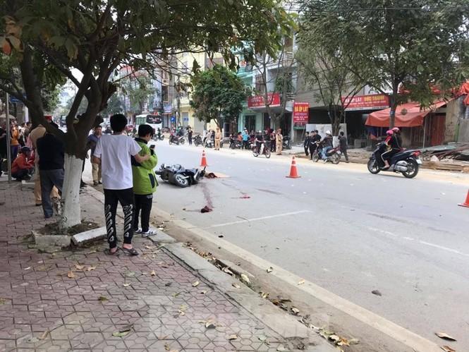 Tránh xe ô tô mở cửa xe, nữ giáo viên tử vong dưới bánh xe ben  - ảnh 1