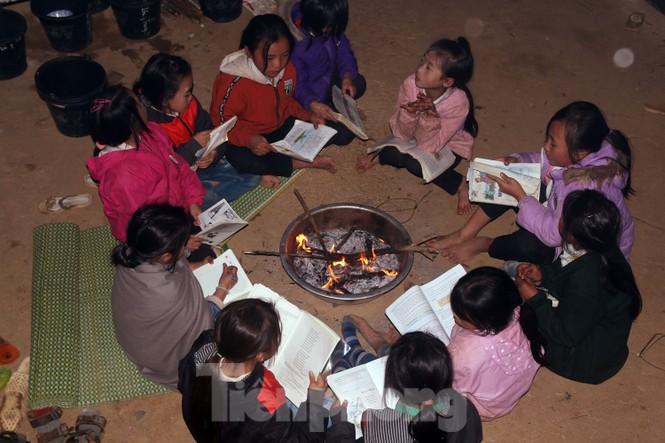 Buốt lạnh vì rét, học sinh đốt củi sưởi ấm học bài - ảnh 3