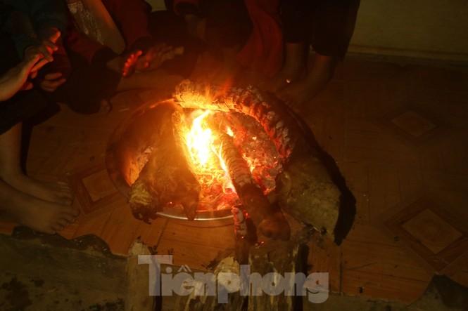 Buốt lạnh vì rét, học sinh đốt củi sưởi ấm học bài - ảnh 4