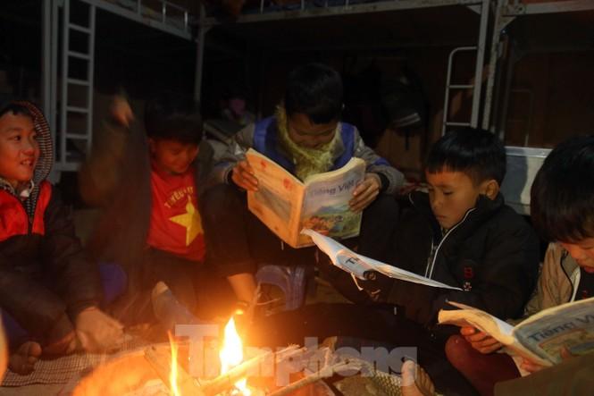 Buốt lạnh vì rét, học sinh đốt củi sưởi ấm học bài - ảnh 6