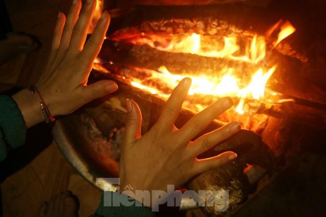 Buốt lạnh vì rét, học sinh đốt củi sưởi ấm học bài - ảnh 2
