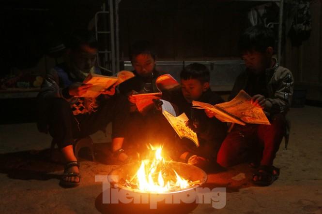 Buốt lạnh vì rét, học sinh đốt củi sưởi ấm học bài - ảnh 8