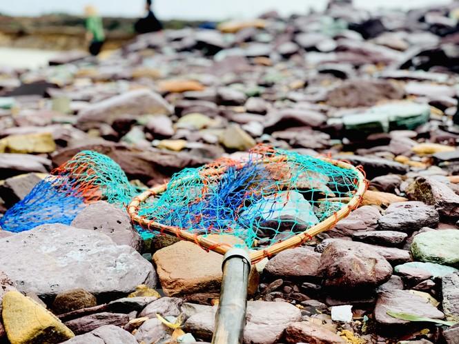 Hồ Kẻ Gỗ xả lũ, dân bất chấp săn cá dưới dòng nước trắng xóa - ảnh 13