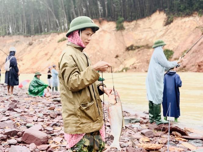 Hồ Kẻ Gỗ xả lũ, dân bất chấp săn cá dưới dòng nước trắng xóa - ảnh 12