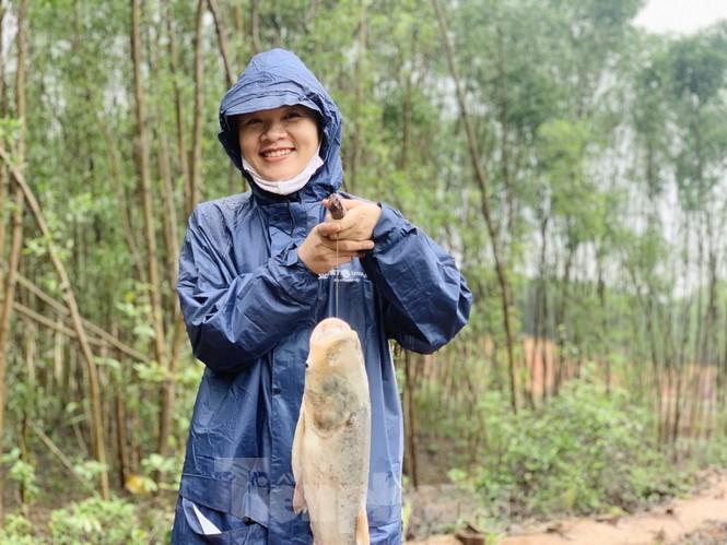Hồ Kẻ Gỗ xả lũ, dân bất chấp săn cá dưới dòng nước trắng xóa - ảnh 19