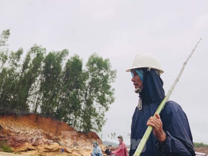 Hồ Kẻ Gỗ xả lũ, dân bất chấp săn cá dưới dòng nước trắng xóa - ảnh 11