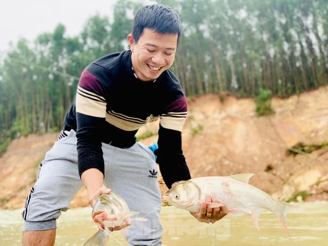 Hồ Kẻ Gỗ xả lũ, dân bất chấp săn cá dưới dòng nước trắng xóa - ảnh 9