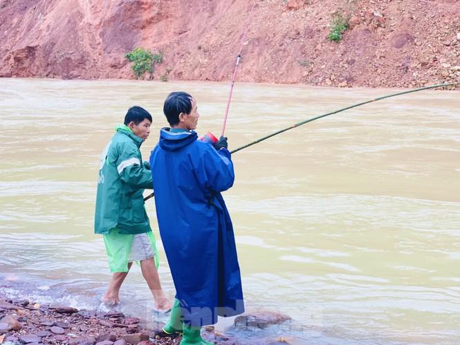 Hồ Kẻ Gỗ xả lũ, dân bất chấp săn cá dưới dòng nước trắng xóa - ảnh 8