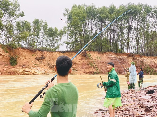 Hồ Kẻ Gỗ xả lũ, dân bất chấp săn cá dưới dòng nước trắng xóa - ảnh 17