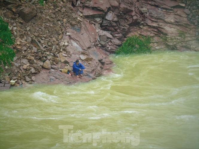 Hồ Kẻ Gỗ xả lũ, dân bất chấp săn cá dưới dòng nước trắng xóa - ảnh 6