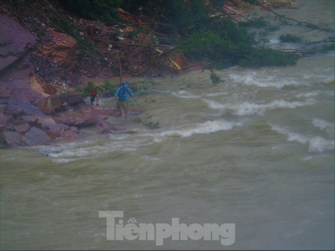 Hồ Kẻ Gỗ xả lũ, dân bất chấp săn cá dưới dòng nước trắng xóa - ảnh 20