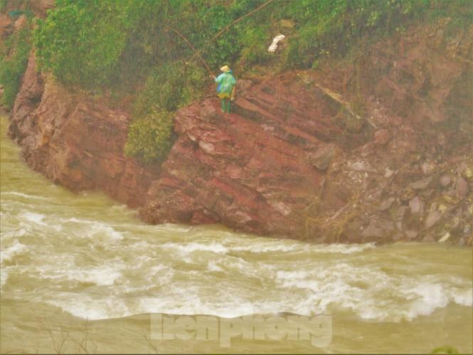 Hồ Kẻ Gỗ xả lũ, dân bất chấp săn cá dưới dòng nước trắng xóa - ảnh 4