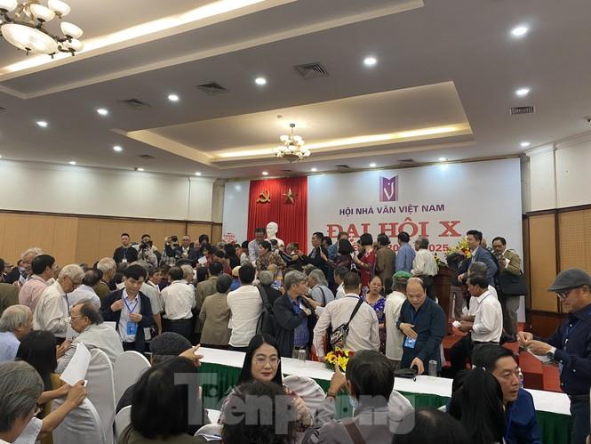'Hỗn loạn' bỏ phiếu Hội Nhà văn, ông Hữu Thỉnh hai lần xin rút Ban chấp hành - ảnh 1