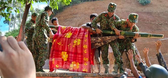 Người mẹ ôm con thoát nạn vụ sạt lở ở Quảng Nam - ảnh 4