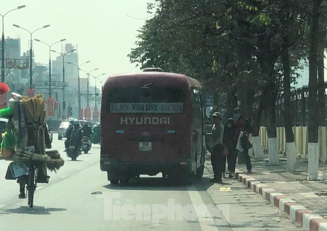 Tận thấy bến cóc, xe dù náo loạn đường phố Hà Nội - ảnh 11