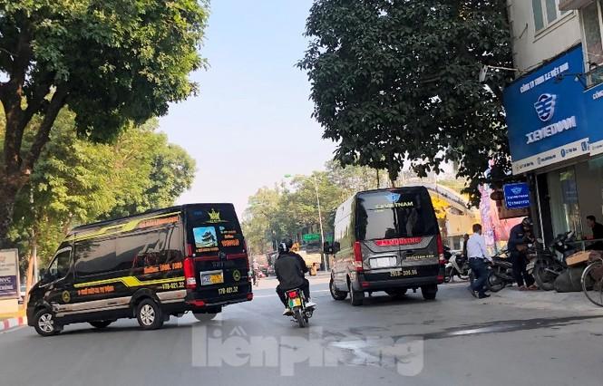 Tận thấy bến cóc, xe dù náo loạn đường phố Hà Nội - ảnh 9