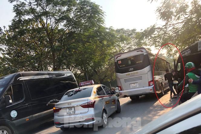 Tận thấy bến cóc, xe dù náo loạn đường phố Hà Nội - ảnh 1