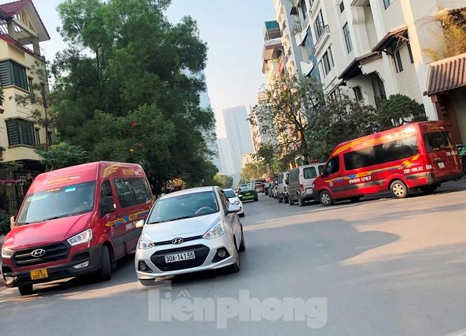 Tận thấy bến cóc, xe dù náo loạn đường phố Hà Nội - ảnh 3