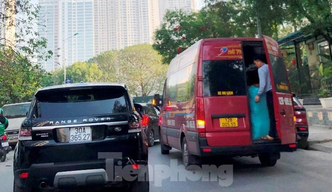 Tận thấy bến cóc, xe dù náo loạn đường phố Hà Nội - ảnh 4